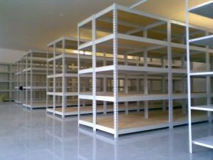 Торговые металлические стеллажи: выбор с пользой для продаж